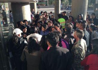Padres molestos rompen puertas del Ministerio de Educación