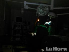 Médicos del IESS acabaron una cirugía solo con la luz de sus celulares