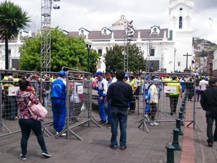 Plaza Grande cercada para ver al Papa. Acceso con invitación