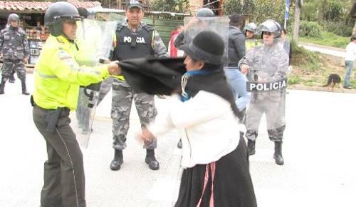Fuerte acción policial intenta desalojar a manifestantes en Saraguro