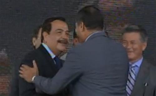 Sonrisas y apretón de manos entre Correa y Nebot (Video)