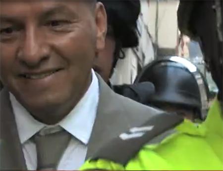 Así tuvo que salir uno de los jueces que condenó a 4 años de cárcel a 2 de Saraguro (Video)