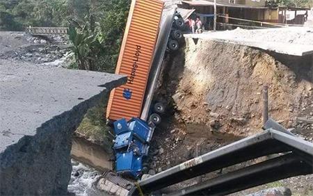 Trailer cae al vacío en carretera Guayaquil - Riobamba