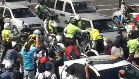 Esta tarde, en Quito, hubo «puñetes» entre agentes de la AMT y de la Policía Nacional (Video)