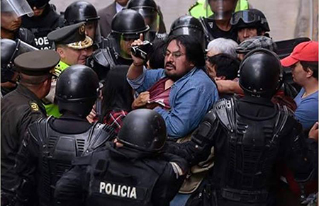 Periodistas fueron desalojados a empujones y golpes por la policía