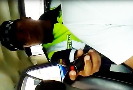 En Ibarra: Agente Metropolitano rocía con gas al conductor de un vehículo junto a su hijo