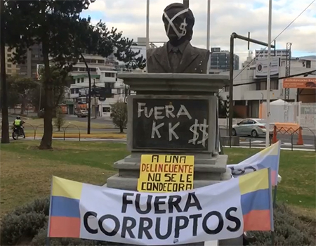 Así amaneció el busto de Nestor Kirchner en la Plaza Argentina en Quito - Ecuador