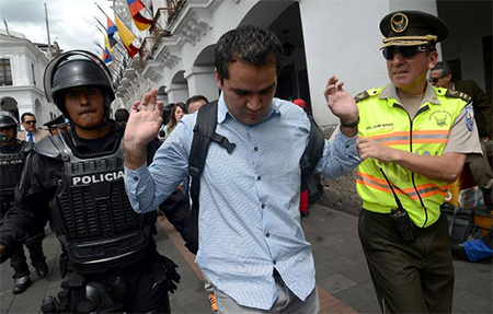 Quiso hacerle una inocentada a Rafael Correa. Le recibieron 60 policías y fue agredido