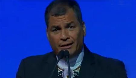 Correa se molesta con una mujer que le pide que se refiera a la corrupción en su gobierno