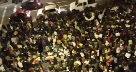 Página del CNE dejó de presentar resultados. Ciudadanos salen a los alrededores del CNE en Quito