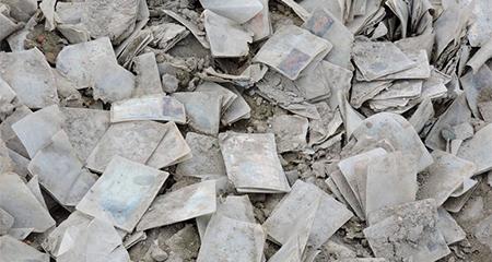 Encuentran centenares de cédulas botadas en zona periférica de Manta
