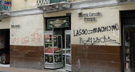 Paredes del centro histórico de Quito quedaron grafiteadas tras movilización de Alianza PAIS