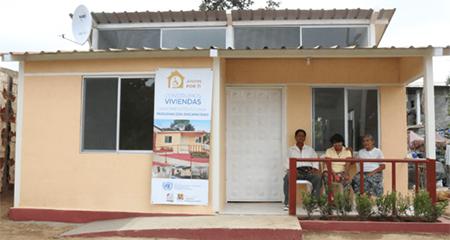 Lenin Moreno entrega doce casas a afectados por el terremoto
