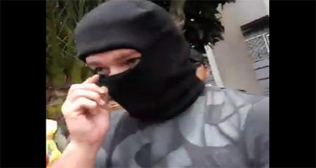 Encapuchado filmaba a personas en allanamiento a CEDATOS (Video)