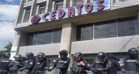Allanamiento a CEDATOS terminó con tres de sus empleados detenidos