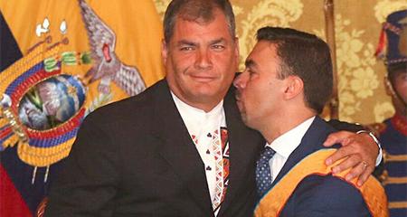 Rafael Correa condecora a Juan Pablo Pozo, presidente del Consejo Electoral de Ecuador