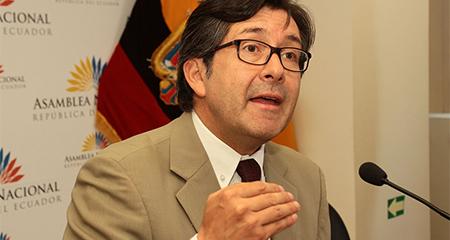 Exasambleísta César Montúfar presentó denuncia en la fiscalía contra Jorge Glas