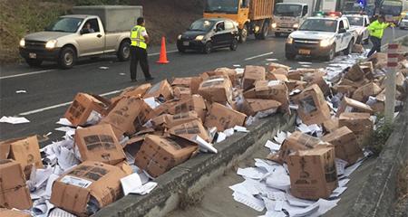 Camión con miles de papeletas electorales se volcó vía a la Costa