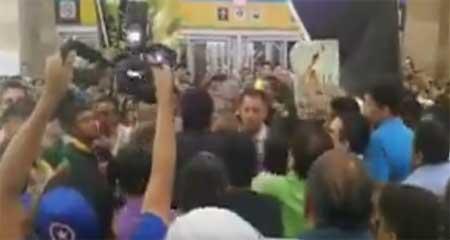 Enfrentamientos entre simpatizantes y opositores de Rafael Correa que esperan su llegada al aeropuerto de Guayaquil