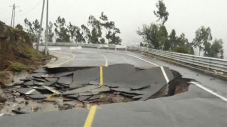 Vía Santa Rosa - Ambato cerrada por hundimiento de calzada