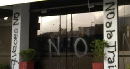 Vandalizaron las paredes de la sede de Alianza PAIS (Video)