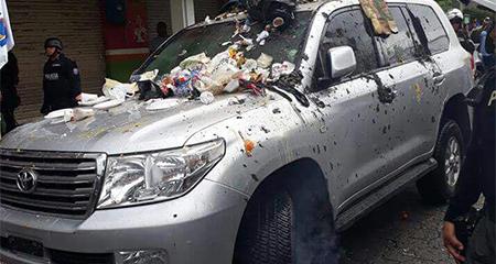 Así quedó el vehículo en el que se moviliza Rafael Correa, en Quinindé - Esmeraldas.