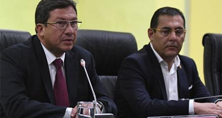 Renuncian ministro del Interior César Navas y de Defensa Patricio Zambrano