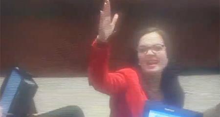 Asambleísta Marcela Aguiñaga discute a gritos en el pleno
