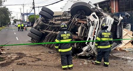 Camión impactó a varios vehículos en la Av. Galo Plaza Lasso en Quito (Video)