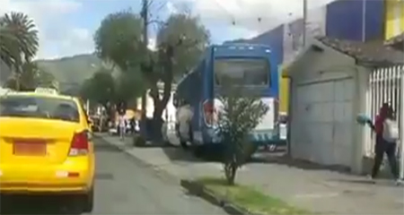 En Ibarra, un bus invadió acera y transitó como si fuera vía (Video)