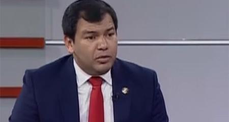 Asambleísta dice que por un «error de tipeo» desapareció nombre de José Serrano en informe de caso Gabela