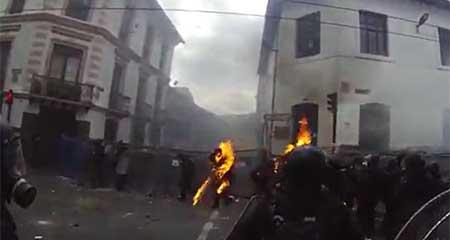 En el centro de Quito prendieron fuego a uniforme de policías (Video)