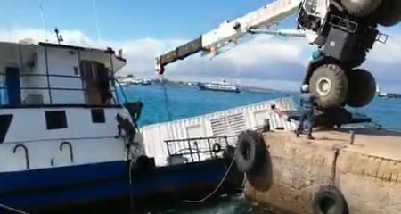 Barcaza con dos mil litros de diésel se hunde en las islas Galápagos