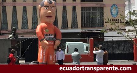 Colocan muñeco inflable de Rafael Correa vestido de presidiario