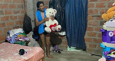 Yaku Pérez sube una foto a sus redes sociales, en bóxer y abrazando un oso de peluche
