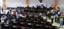 Asamblea: más anomalías en los contratos