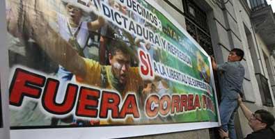 Ecuatorianos gritan frente a embajada en Madrid que no hubo golpe de estado