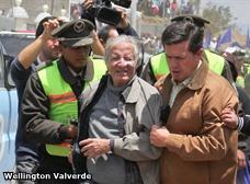 Piedrazos a carro presidencial en Azuay; un comunero preso